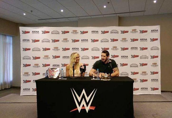 Imagen de la conferencia de prensa de la WWE con la campeona de las Divas, Charlotte y la Superetrella, King Barrett. (Marco Moreno/SIPSE)