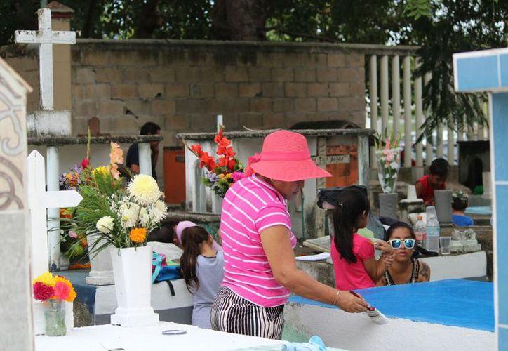 Las familias llevaron flores y dieron mantenimiento a las tumbas. (Daniel Pacheco/SIPSE)