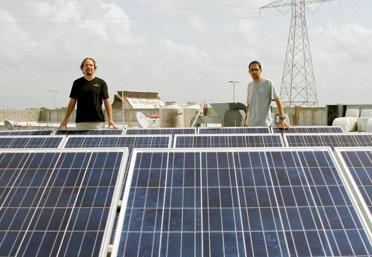 Especialistas afirman que instalar paneles solares requiere una inversión de alrededor de 100 mil pesos, que se recupera en 10 años. (Adrián Monroy/SIPSE)