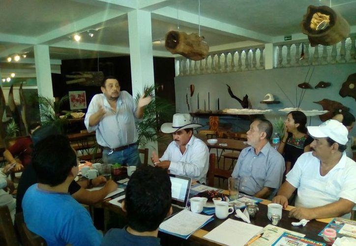 Tanto simpatizantes como opositores se sentaron para llegar a una solución, que fue la de cerrar filas. (Javier Ortiz/SIPSE)