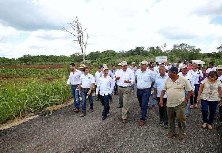 El gobernardor, Rolando Zapata Bello, entregó obras en Maxcanú, principalmente caminos sacacosechas, que permiten la comercialización de los recursos del campo. (Cortesía)