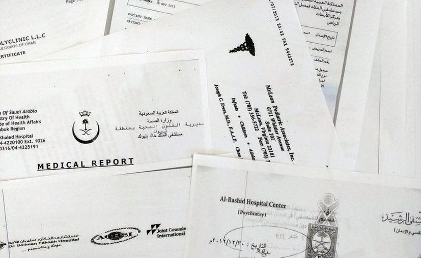 Imagen de una selección de historiales médicos particulares publicados por la web pro transparencia WikiLeaks, en París. La cruzada global de WikiLeaks para exponer secretos gubernamentales afecta a la privacidad. (AP/Raphael Satter)