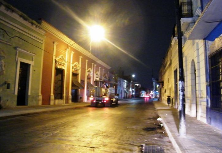 Una buena iluminación inhibe a la delincuencia. (José Acosta/SIPSE)