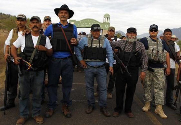 Las autodefensas aseguran que el gobierno federal usa mediáticamente el movimiento surgido en Michoacán. En la imagen, el líder de las autodefensas, José Manuel Mireles, acompañado de algunos civiles armados. (Reuters)