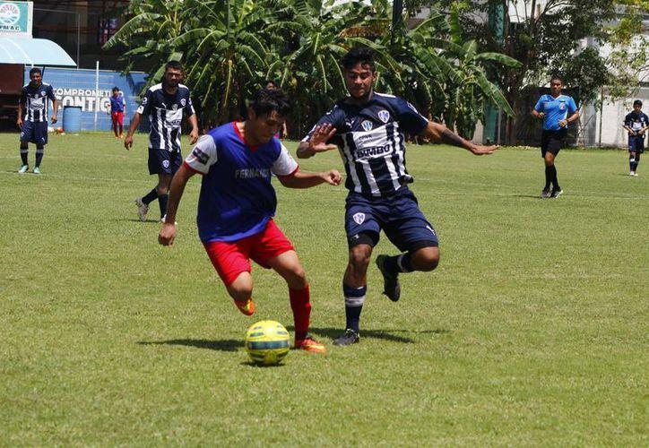 Los universitarios aprovecharon la diferencia de juego y condiciones físicas para sumar de a tres puntos. (Ángel Mazariego/SIPSE)