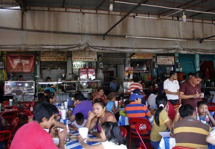 La vigilancia se realiza, entre otros negocios, en expendios de mercados y puestos de tacos o jugos. (Juan Carlos Albornoz/SIPSE)
