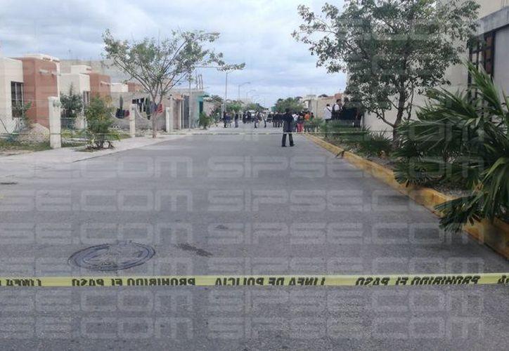 Elementos de la Fiscalía General del Estado y policías municipales arribaron al domicilio. (Orville Peralta/ SIPSE)