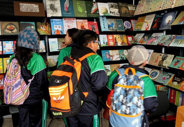 En el país existen mil 204 puntos de venta, pero sólo 500 son librerías y la mayoría están concentradas en las grandes ciudades. (Archivo/Notimex)