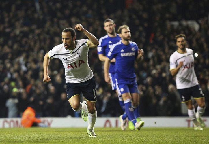 Andros Townsend (i), del Tottenham Hotspur, muestra su alegría después de marcar el 3-1 de penalti durante el partido de la Premier. (EFE)