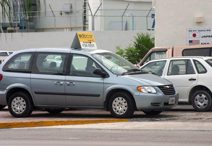 Cuando se renta un automóvil, la arrendadora debe entregar el tarjetón turístico. (Tomás Álvarez/SIPSE)