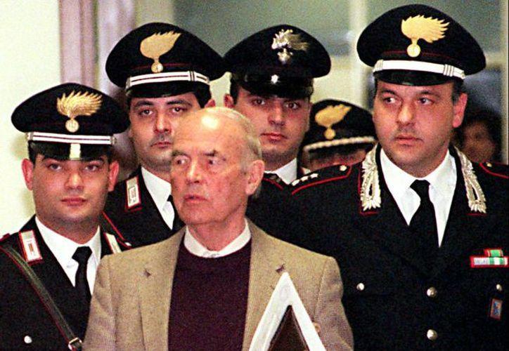 Foto del 07 de diciembre 1995 el exoficial de la SS nazi Erich Priebke entra en el tribunal militar de Roma. (Agencias)