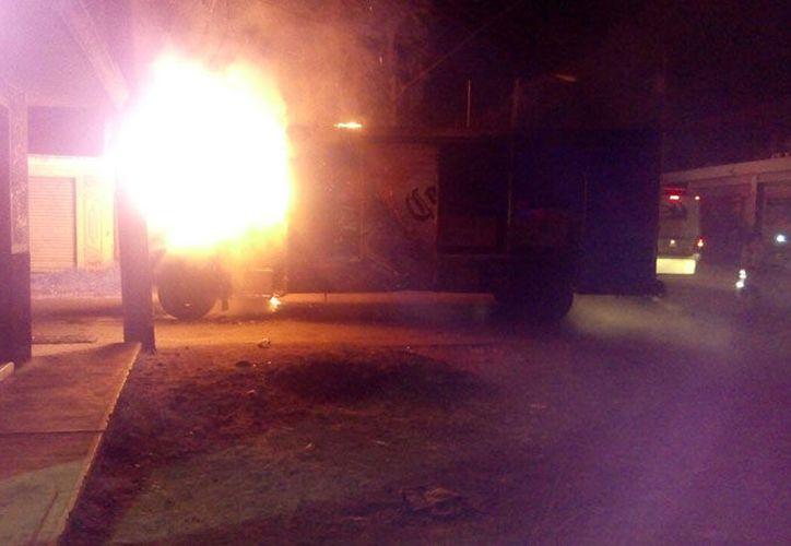 Varios sujetos armados se apoderaron de un camión distribuidor de cerveza. (La Voz de Michoacán)