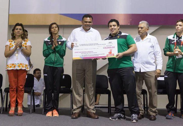 Más de 2 millones de pesos en estímulos económicos entregó el Gobernador Rolando Zapata a medallistas yucatecos de la Olimpiada, Paralimpiada y Universiada Nacional 2015. (Foto: cortesía del Gobierno del Estado)
