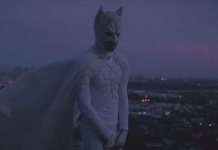 Smith aparece como una especie de Bruce Wayne, con autos caros y respondiendo llamadas de la prensa. (Foto: Milenio)