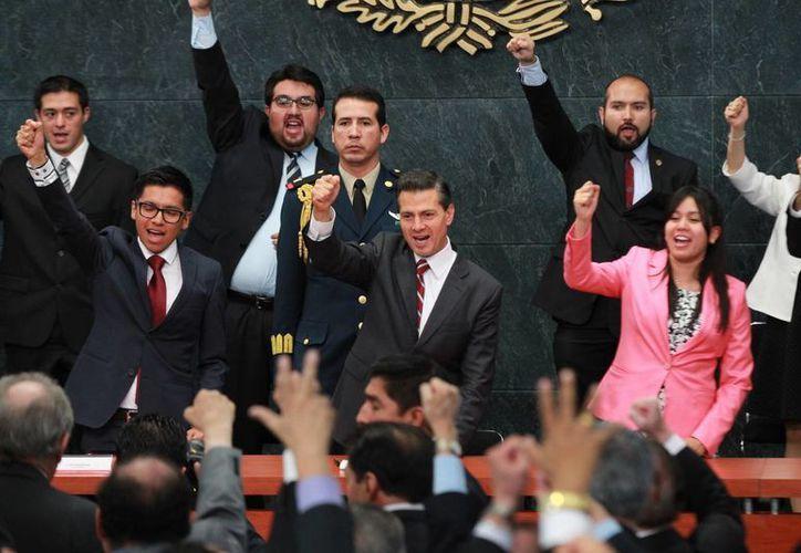 El presidente Enrique Peña Nieto encabezó la ceremonia de entrega de la Presea Lázaro Cárdenas 2015, en el  Día del Politécnico. En la imagen, el Presidente e invitados corean la porra oficial. (Notimex)