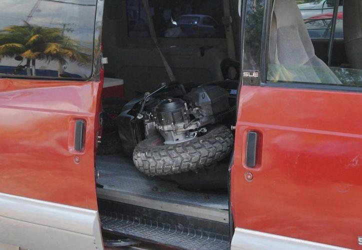 Los presuntos ladrones se dieron a la fuga. Dejaron la camioneta abandonada. (Eric Galindo/SIPSE)