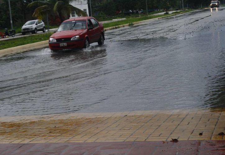 Los automovilistas se quejan por los daños que sufren sus vehículos. (Loana Segovia/SIPSE)