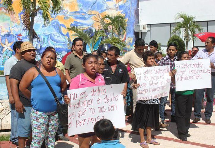 Una veintena de 'tiaguistas' se manifestaron en el Ayuntamiento para pedir permisos para vender sus productos en la colonia Colosio.  (Daniel Pacheco/SIPSE)