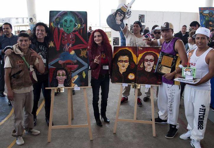 Lora y su esposa Chela durante la premiación a reclusos pintores. (Notimex)