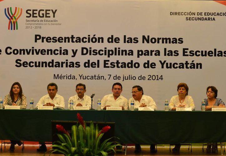 Funcionarios y maestros se reunieron para dar a conocer las nuevas normas de convivencia. (Luis Pérez/SIPSE)