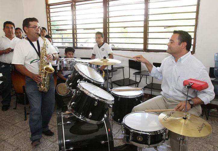 Barrera Concha se dio gusto con la batería, acompañado del maestro del área de música y dos alumnos. (Cortesía)