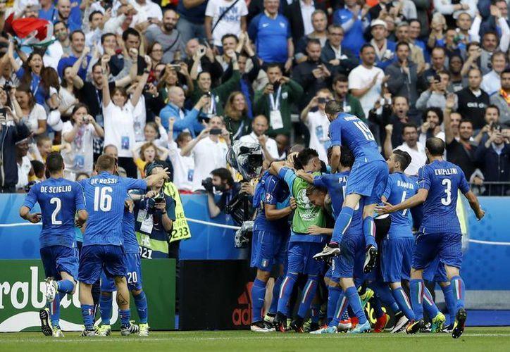 Jugadores italianos celebran la anotación de Graziano Pelle, durante el partido de fútbol entre  Italia y España de la Eurocopa de 2016, en el Stade de France, en Saint-Denis, al norte de París. (Foto AP / Frank Augstein )