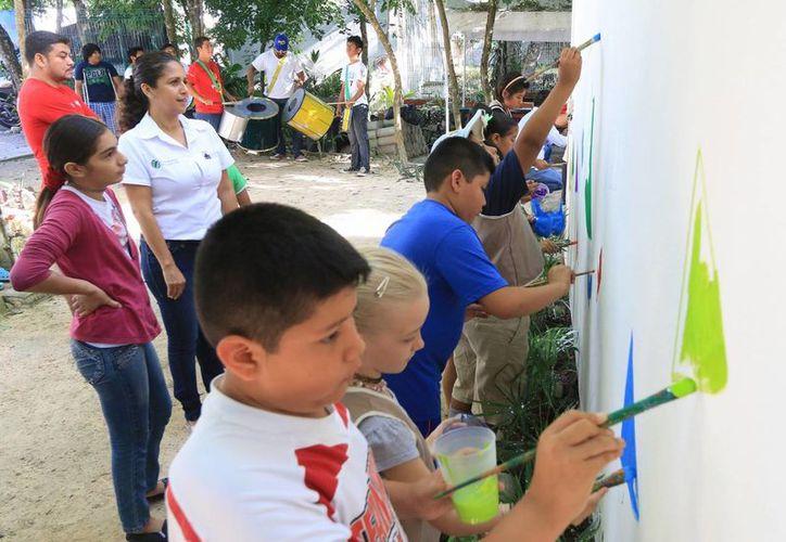 Niños pintaron emotivo mural en la parte exterior de la oficina de la Dirección de Ecología. (Cortesía/SIPSE)
