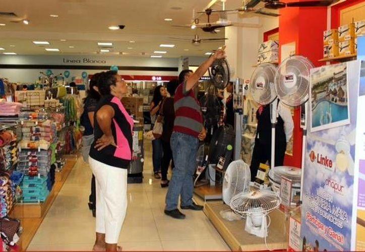 La Canaco Mérida invitó a otros sectores que son primordiales en la vida diaria del corazón de Mérida a sumarse a esta promoción. Imagen de un grupo de clientes en una tienda del centro de la ciudad. (Milenio Novedades)