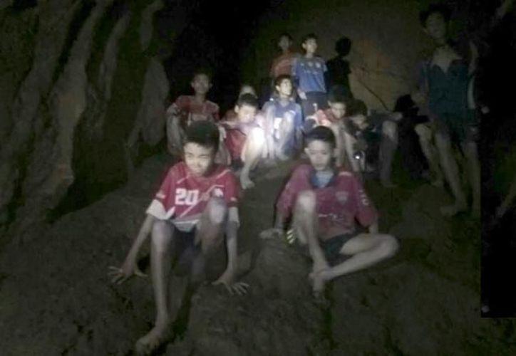 Los niños han recibido comida e insumos para sobrevivir mientras se trabaja en su rescate. (Internet)