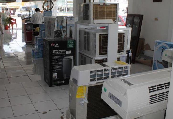 Las altas temperaturas hacen que muchos yucatecos compren 'sin pensar' aires acondicionados, lo que deriva en grandes ganancias para el sector comercial. (Milenio Novedades)
