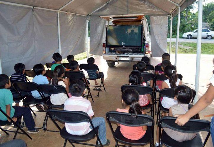 Los niños de las comunidades disfrutaron de la tecnología del Aula Móvil. (Redacción/SIPSE)