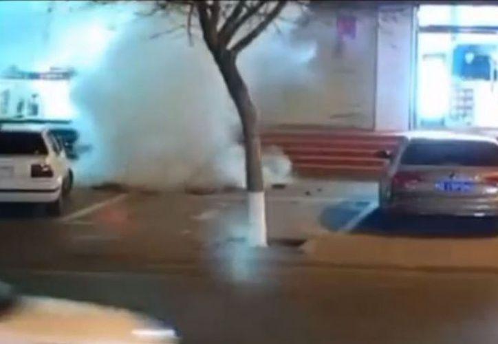 Niño se salva de morir en impresionante explosión por pirotecnia. (Foto: Contexto/Internet)