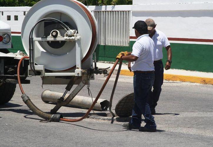Con el fin de regular el servicio de drenaje, las inspecciones se realizan en las colonias frente al mar. (Octavio Martínez/SIPSE)