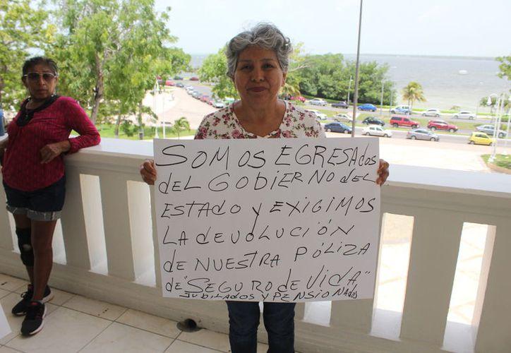 El grupo de cinco personas llegaron aproximadamente a la 1:00 de la tarde de ayer a las puertas de la Oficialía Mayor. (Joel Zamora)