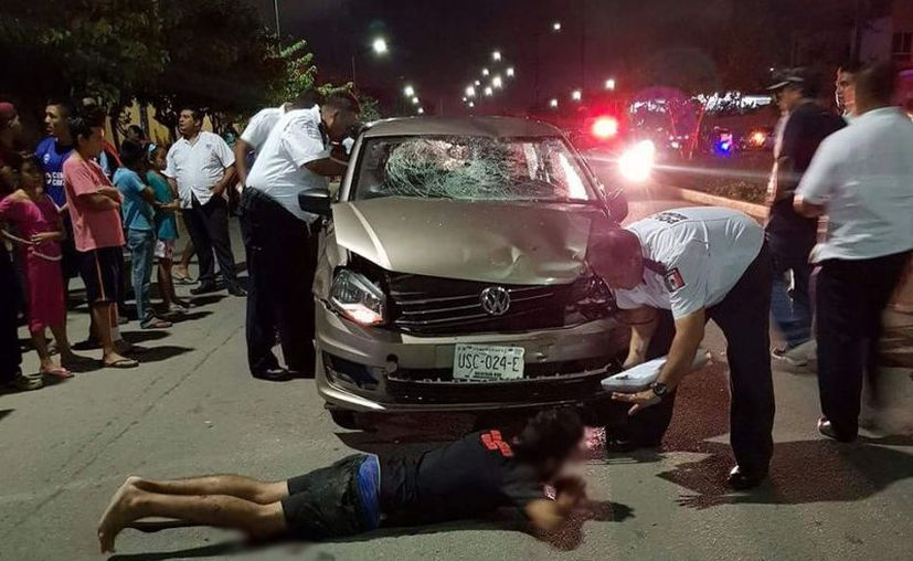 Los heridos fueron trasladados por paramédicos al Hospital General. (Foto: Redacción/SIPSE)