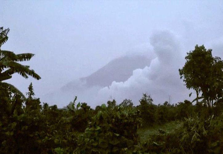 El volcán Sinabung, en Indonesia, hizo erupción y causó la muerte de tres personas. (AP)