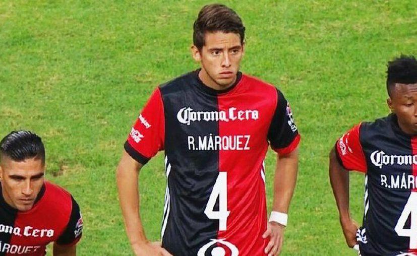 Los jugadores salieron a la cancha con las camisetas puestas al revés, que mostraban en el frente el nombre de Márquez y el número cuatro. (Riveretti MX)