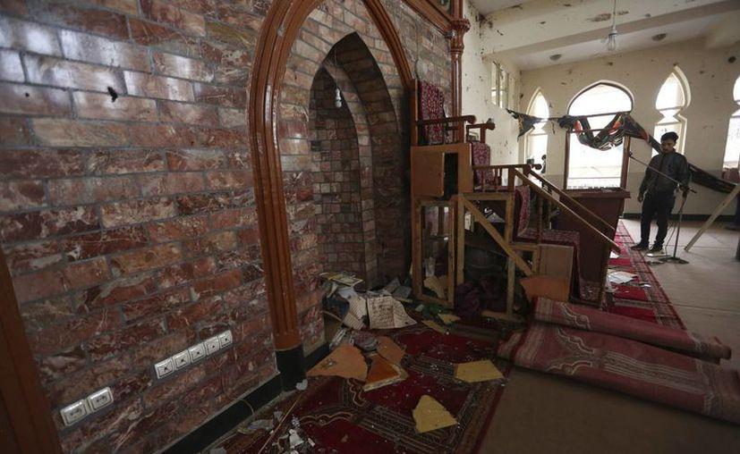 Un hombre observa los destrozos causados a la mezquita Baqir-ul Ulom, en Kabul, Afganistán, tras el ataque de un suicida, el lunes 21 de noviembre de 2016. Más de 40 personas murieron. (AP/Rahmat Gul)