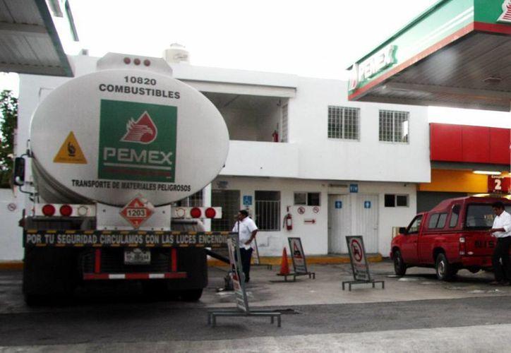 En Mérida las gasolinas Magna y Premium costarán un centavo menos que este lunes. (Milenio Novedades)
