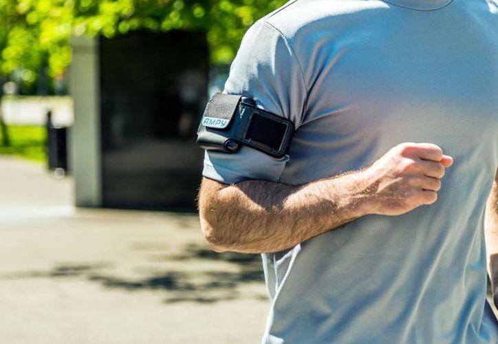 Ampy viene con aditamentos que permite que lo sujetes a tu brazo mientras corres o caminas. (getampy.com)