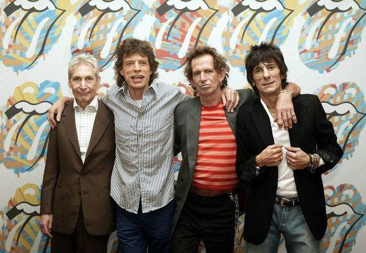 Mick Jagger (de rayas verticales) y Ronnie Wood (saco negro), integrantes de The Rolling Stone, unieron su talento para apoyar una causa altruista: recaudar fondos para apoyar a las víctimas del terremoto de Nepal. (The Rolling Stones/Facebook-Official)