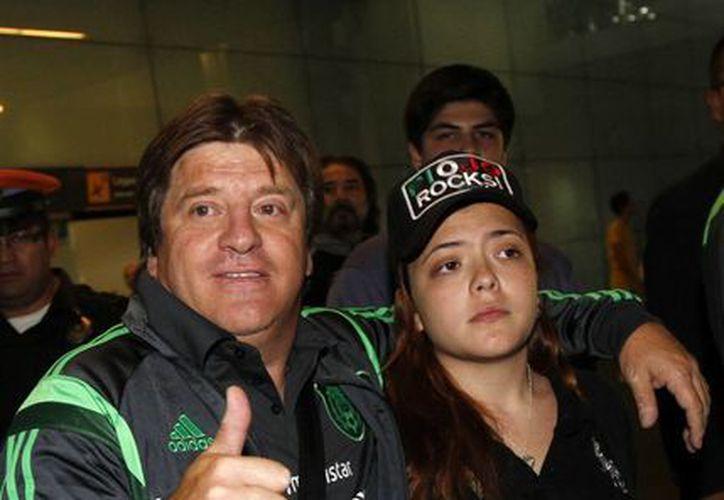 'El Piojo' Herrera con una de sus hijas. El entrenador del Tri cuenta que ha disfrutado muchos viajes familiares dentro o fuera del país. (Notimex/Foto de archivo)