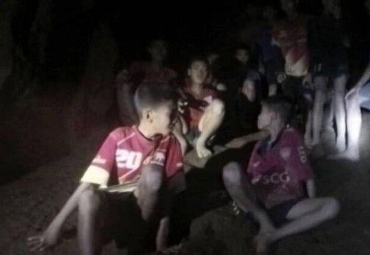 Expertos aún debaten sobre cómo rescatar a los menores atrapados en una cueva de Tailandia. (ABC)