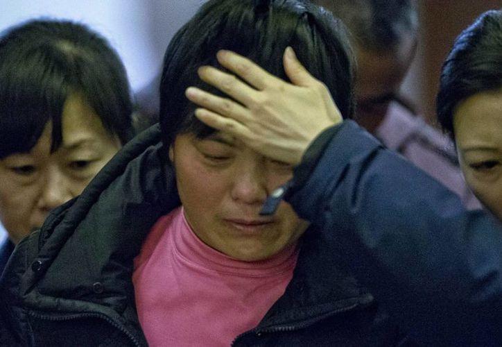 Familiares de los pasajeros del avión desaparecido salen del salón de un hotel donde recibieron información sobre los esfuerzos de rescate y búsqueda. (Agencias)