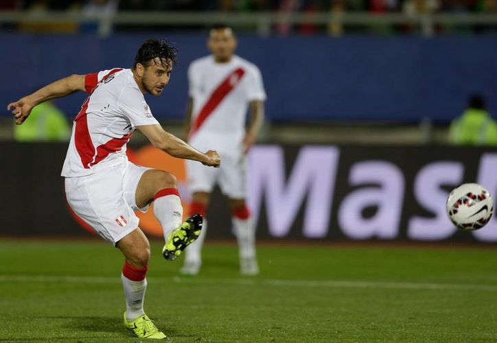 Momento exacto en que Claudio Pizarro jala el gatillo para anotar el único gol del partido que Perú ganó 1-0 a Venezuela en Copa América. (Foto: AP)