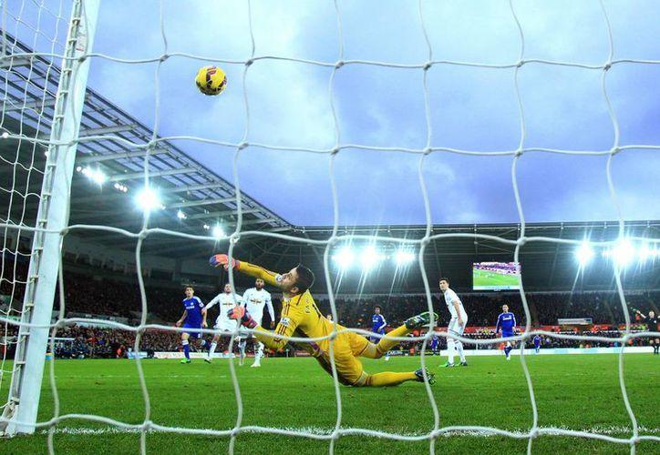 Este es uno de los dos goles de Oscar, que abrió el marcador al minuto 1 del partido entre su club, Chelsea, y el Swansea. (Foto: AP)