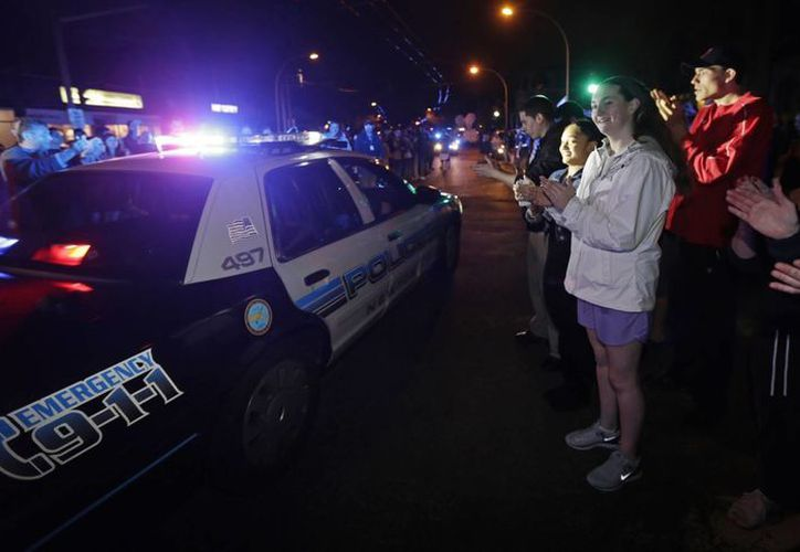 La gente formó una valla humana al paso de la policía. (Agencias)
