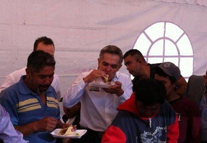 Miguel Ángel Mancera convivió con los albañiles comiendo tacos de carnitas y con música en vivo. (Pedro Domínguez/Milenio)
