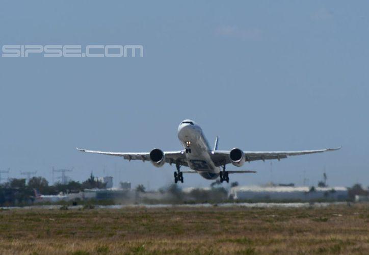 La aeronave resalta entre los demás aviones que se encuentran en el aeropuerto. (Fotos: Jorge Acosta/Milenio Novedades)