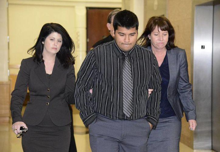 Erick Muñoz (en medio), esposo de Marlise Muñoz, sale de la corte en Fort Worth, Texas. (Agencias)
